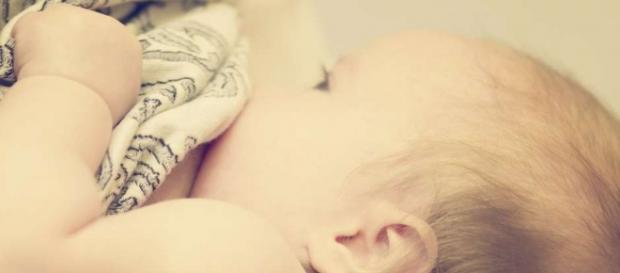 Mulher transgênera consegue produzir leite e amamentar bebê pela primeira vez no mundo.