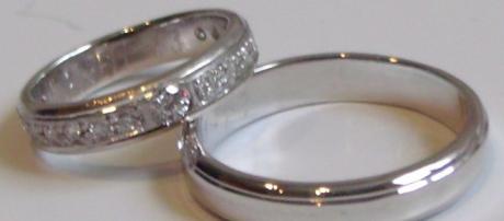 Los anillos de oro blanco conquistan los altares. - pinterest.es