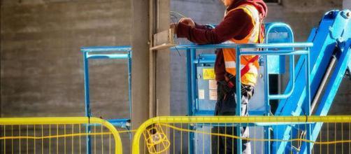 Ayuda a que los trabajadores adquieran nuevas habilidades para una ocupación más fluida en la transición.