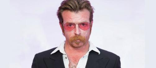 El líder de la agrupación Eagles of Death Metal se disculpa públicamente tras tildar de patéticos a los sobrevivientes de la masacre de Parkland.