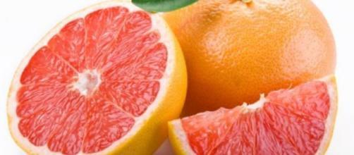 La toronja es una fruta cítrica muy popular igual que el limón y la naranja.