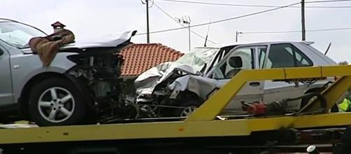 Os dois automóveis choraram frontalmente com bastante violência