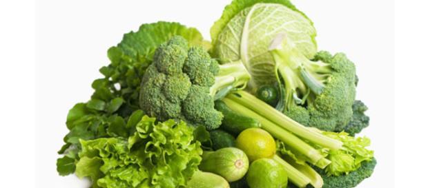 Los vegetales de hoja verde como la espinaca, escarola, guisantes, frutos secos, semillas de girasol son fuentes ricas en ácido fólico