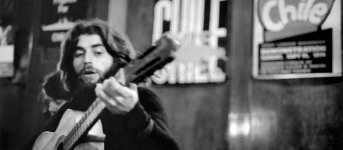 Joaquín Sabina en Londres, 1975. Fotografía que aparece en la biografía del artista escrita por Julio Valdeón