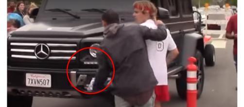 O cantor se aborreceu e jogou o aparelho no chão (Reprodução - Youtube)