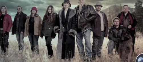A família Brown é composta por nove membros e juntos sobrevivem em lugares isolados do Alasca