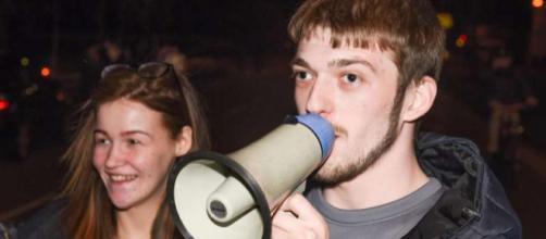 I genitori di Alfie partecipano alla protesta davanti all'Alder Hey