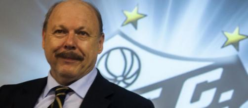 Presidente santista busca solução para jogadores encostados