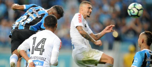Jogadores do Santos em uma partida contra o Grêmio