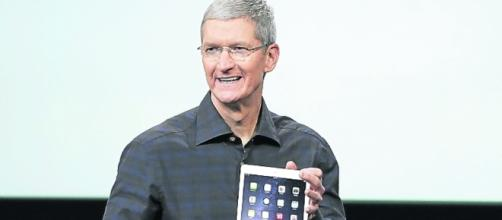El CEO de Apple, Tim Cook, posa para una selfie.