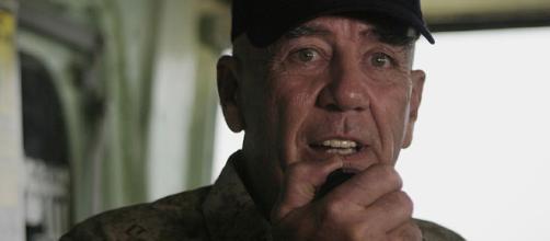 R. Lee Ermey aboard a US Navy ship (Image via US Marine Corps - WikiMedia Commons)