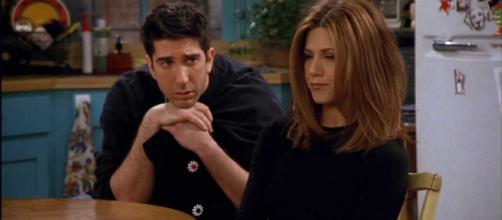 Ross e Rachel, da F.R.I.E.N.D.S, romperam várias vezes ao logo do seriado. Foto: Reprodução.