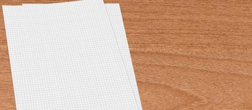Un foglio bianco su un tavolo in legno