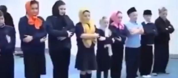 Angielskie dzieci zmuszane do wizyt w meczetach (youtube.com).