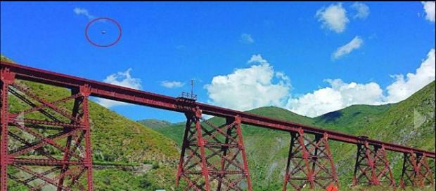 Suposto UFO registrado sobre viaduto El Toro, na Argentina, em 31 de março. (El Tribuno)