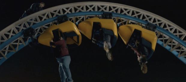 """Szene in Folge 2 von """"9-1-1"""": Dramatischer Rettungseinsatz auf einer Achterbahn / Foto: 20th Century Fox Television, Sky1"""