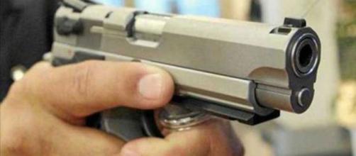 persona con un arma de fuego - - com.ar