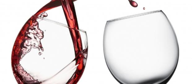 Il consumo di alcol accorcia la vita, può essere letale quanto le sigarette.