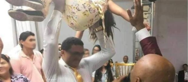 Um pastor jogou fiel no chão para cura-la, mas acabou deixando ela tetraplégica?