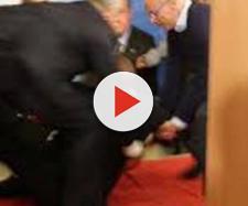 Berlusconi cade rovinosamente al comizio