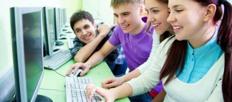 Grupo de estudiantes con la computadora — Fotos de Stock © yanlev ... - depositphotos.com