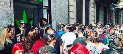 Folla per l'inaugurazione di Mr Nice il negozio che vende cannabis di J-Ax
