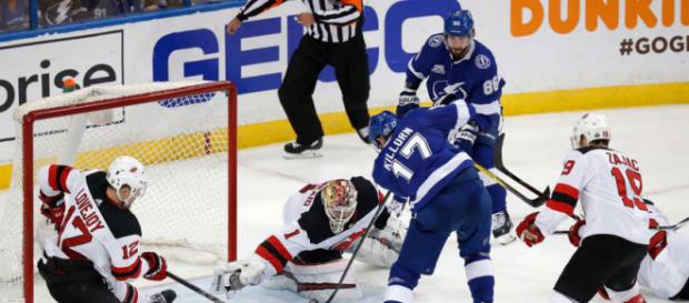 Killorn y Kucherov deshicieron a la defensa de New Jersey. NHL.com.