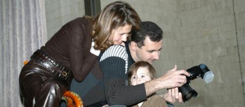 Bashar al-Assad con la moglie Asma ed uno dei tre figli