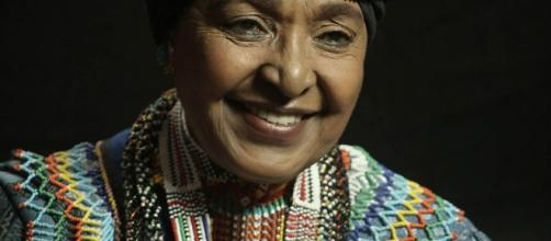 La fallecida Winnie Mandela, con su característico turbante.