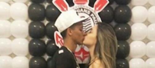 O atleta beijando sua namorada. (foto reprodução).