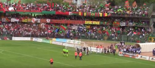 """Ternana e Foggia fanno il loro ingresso sul terreno di gioco del """"Liberati"""" prima di Ternana-Foggia 1-1 del 29 aprile 2012"""
