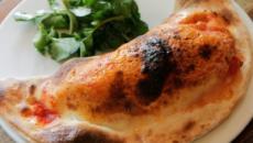 Calzone al forno ripieno di broccoletti e formaggio gruviera