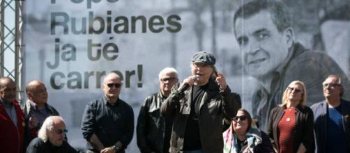 Joan Manuel Serrat habla emocionado de la nueva calle dedicada a su amigo Rubianes en la Barceloneta.