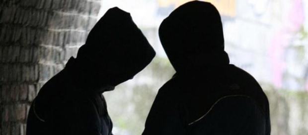 Overdose per una minorenne: scattano le indagini che scoprono un giro di spaccio tra minorenni.