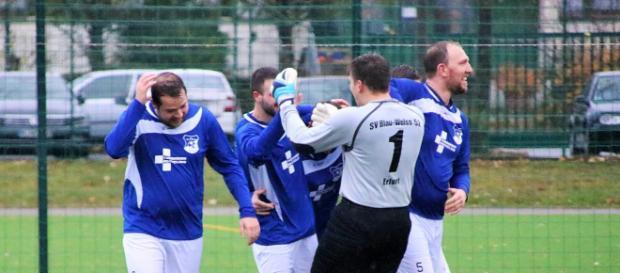 Späte Tore machen am meisten Spaß. Blau-Weiß 52 traf in der Schlussminute zum 2:1-Sieg im Borntal. Foto (Archiv): Martin Bogatz