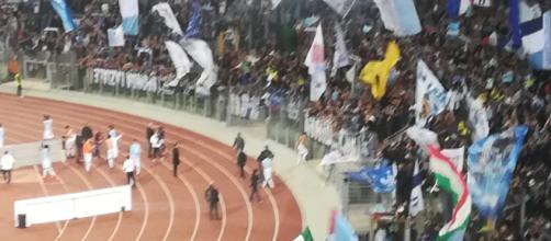 I calciatori della Lazio vanno a salutare i tifosi dopo il fischio finale.