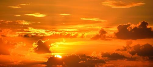 Il cielo visto mentre il sole tramonta