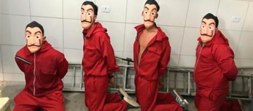 Vestidos como personagens de série da Netflix, Youtuber e mais três rapazes acabaram detidos. Foto: Reprodução.