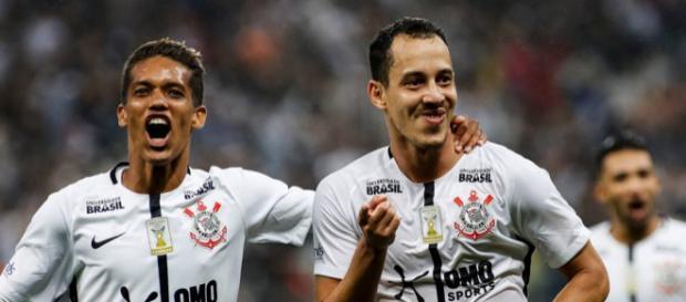 Em ótima fase, meia Rodriguinho (direita) é esperança de gols para o Corinthians - Foto: Reprodução / Facebook Oficial SC Corinthians