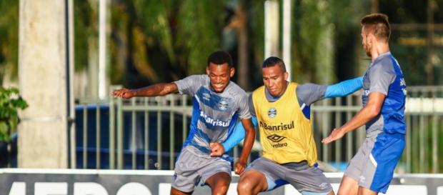 Jogadores do Grêmio treinam para a partida contra o Cerro Porteño, nesta terça - Foto: Lucas Uebel / Grêmio FBPA