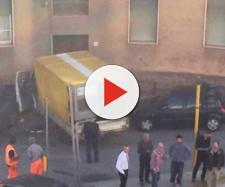 Il camioncino senza controllo ha finito la sua folle corsa contro il portone di un palazzo.