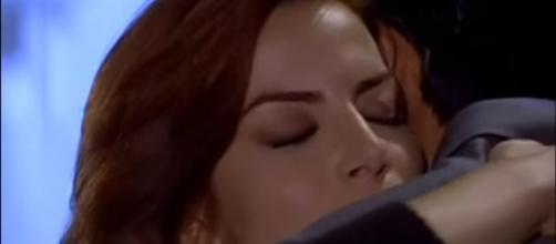 Aos prantos Fernanda se joga nos braços de Eduardo. (foto reprodução).