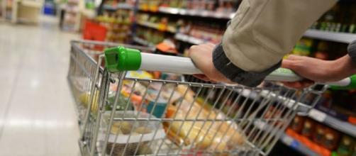 Comércio varejista também registra ampliação em fevereiro
