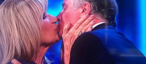 Gemma Gagani e Giorgio Manetti: bacio al Costanzo Show