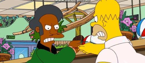 Homero se enfrenta a Apu en Los Simpson.
