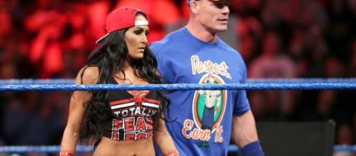 John Cena con Nikki Bella bajo contrato.