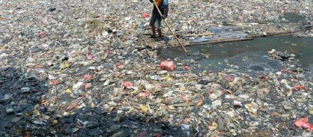 Los ríos y los canales están obstruidos por densas masas de botellas, bolsas y otros envases de plástico.