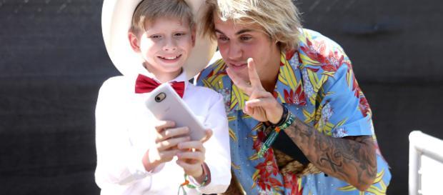 Yodeling Walmart Kid, Mason Ramsey with Justin Bieber (Image viaNatt Lim Coachella/Twitter)