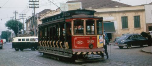 Encantou gerações de apaixonados: bonde circulando pelas ruas paulistanas.