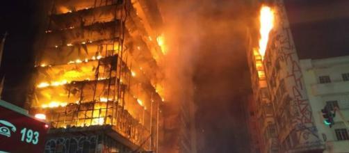 Prédio desaba durante incêndio no centro de São Paulo; uma pessoa ... - com.br